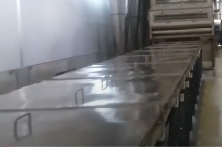 Vibratory cooling table